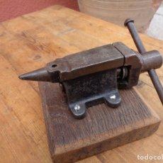 Antigüedades: YUNQUE TORNILLO PEQUEÑO CON BASE DE MADERA, ANTIGUO ALEMAN. Lote 137892188