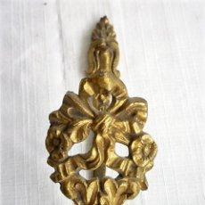 Antigüedades: PERCHA EN BRONCE MUY ORNAMENTADA. Lote 137966178