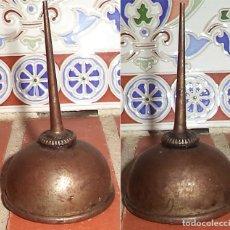 Antigüedades: ANTIGUA ACEITERA DE MAQUINA DE COSER SIGMA MIDE 9 CM DE ALTA Y 5 DE DIÁMETRO CON SEÑALES DEL PASO DE. Lote 138316990