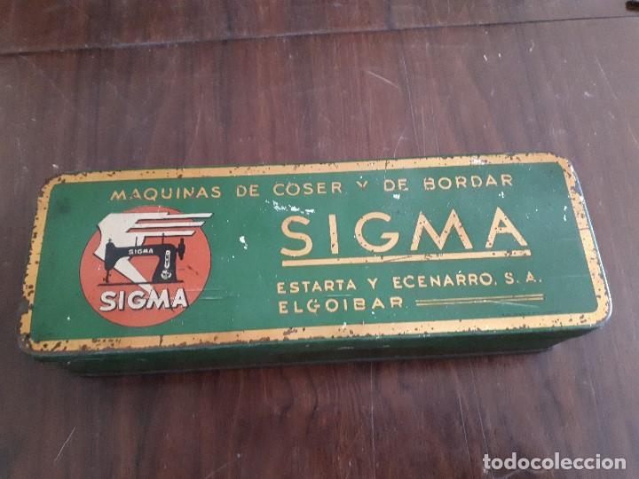 CAJA METÁLICA SIGMA MÁQUINAS DE COSER Y DE BORDAR. EL GOIBAR (Antigüedades - Técnicas - Máquinas de Coser Antiguas - Sigma)