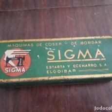 Antigüedades: CAJA METÁLICA SIGMA MÁQUINAS DE COSER Y DE BORDAR. EL GOIBAR. Lote 138794126