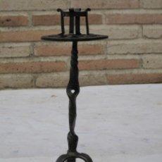 Antigüedades: VELON O PORTAVELA ANTIGUO EN HIERRO FORJADO:. Lote 138820638