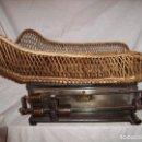 Antigüedades: PRECIOSA BÁSCULA PARA PESAR BEBÉS AÑO 1900. Lote 138964026