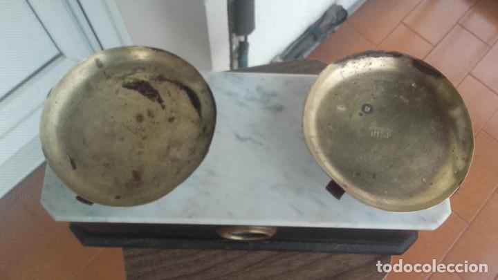 Antigüedades: Balanza en madera y mármol y platillos marcados - Foto 3 - 138994954