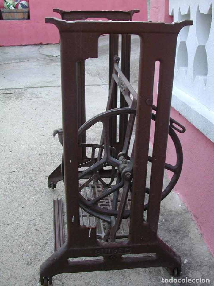 Antigüedades: Pie de máquina de coser Singer - Foto 3 - 139004242