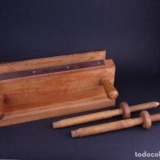Antiquités: PRENSA PARA SACAR CAJOS O MORDAZA DE DOS HUSILLOS. TERMOESTAMPACION CON HIERROS DE DORAR. Lote 139077622