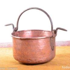 Antigüedades: IMPORTANTE CALDERA O MARMITA DE COBRE DECORADA CON PRECIOSO CINCELADO - CON ASA Y HERRAJES. Lote 139155382