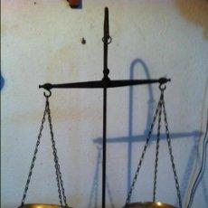 Antigüedades: OFERTON BONITA BALANZA DE SUSPENSION CON 2 PLATOS BRONCE Y SU JUEGO DE 11 PESAS (BQ24B+PJ08). Lote 139300554
