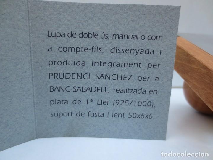 Antigüedades: LUPA DE SOBREMESA DISEÑADA POR PRUDENCI SANCHEZ PARA BANCO SABADELL EN PLATA Y MADERA. - Foto 2 - 268431134
