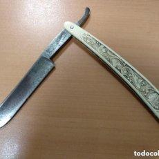 Antigüedades: ANTIGUA MAQUINA DE AFEITAR ALEMANA CON GRABADO EN MANGO. Lote 139366218