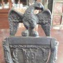Antigüedades: ANTIGUA ALDABA LLAMADOR DE FORJA. TIRADOR DE PUERTA SXIX. FORMA AGUILA. DE ANTIGUO PALACETE.. Lote 139716106