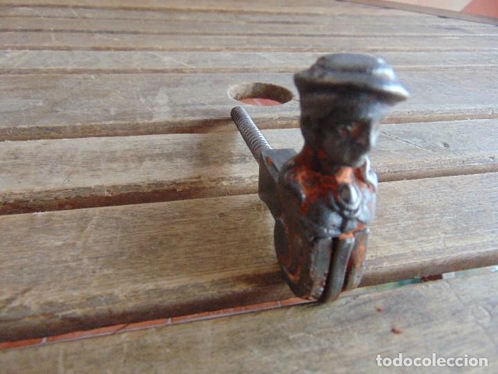 Antigüedades: PESTILLO SEGURIDAD PARTE TRASERA PUERTA DE ENTRADA CON FORMA DE MUJER MARCADA C. F. Y ANCLA - Foto 13 - 139993902