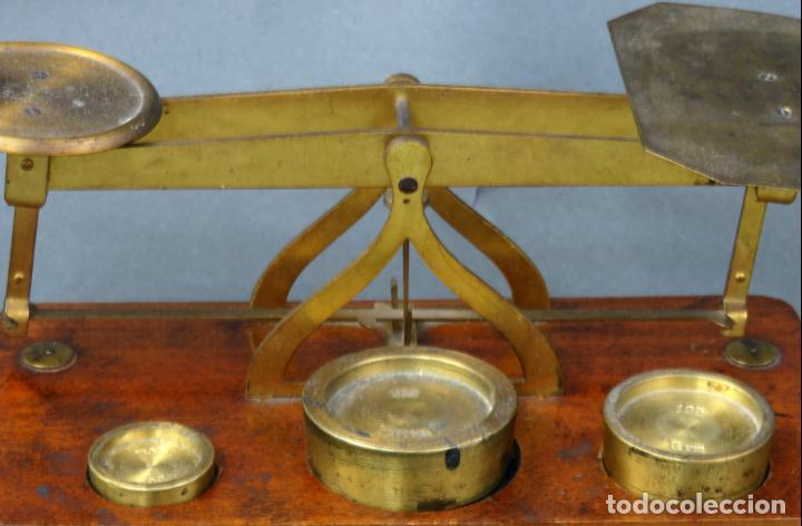 Antigüedades: Bascula balanza española postal pesar cartas correo en madera y bronce principios siglo XX - Foto 2 - 140285202