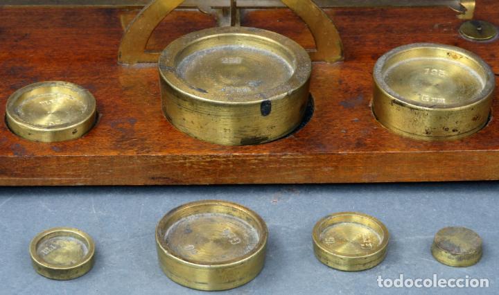 Antigüedades: Bascula balanza española postal pesar cartas correo en madera y bronce principios siglo XX - Foto 3 - 140285202
