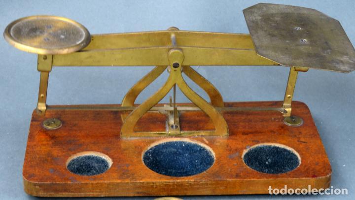 Antigüedades: Bascula balanza española postal pesar cartas correo en madera y bronce principios siglo XX - Foto 4 - 140285202