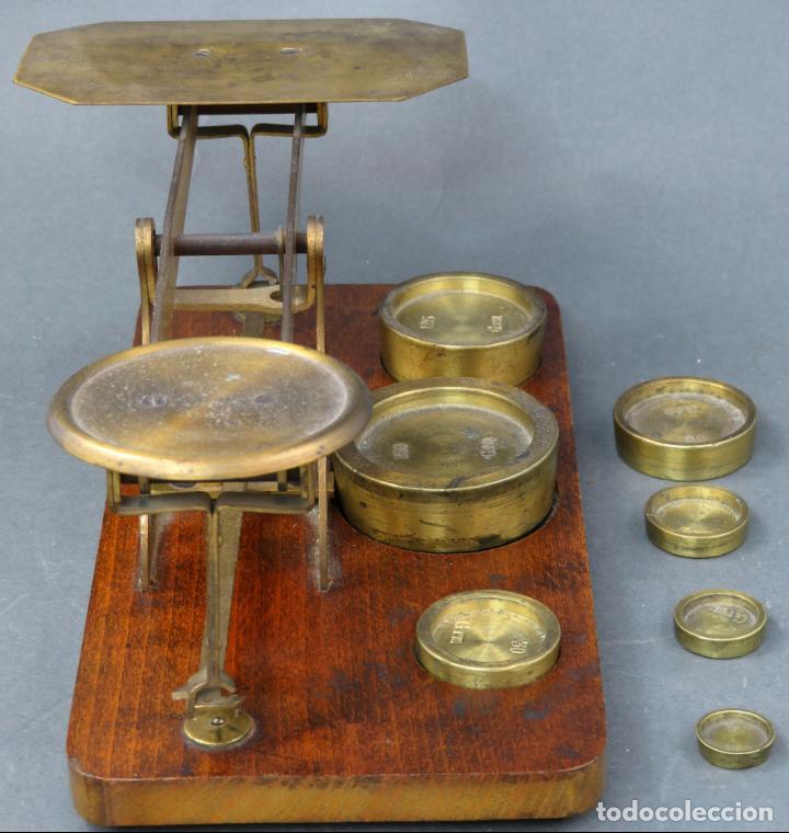 Antigüedades: Bascula balanza española postal pesar cartas correo en madera y bronce principios siglo XX - Foto 5 - 140285202