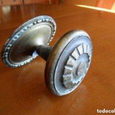 Antigüedades: TIRADOR DE PUERTA EN BRONCE - ANTIGUO. Lote 140306006
