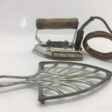 Antigüedades: LOTE DE PLANCHA ELECTRICA FRICAL CON CABLE ORIGINAL + REPOSADOR DE PLANCHA. Lote 140325298