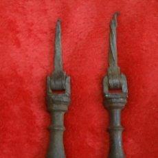 Antigüedades: TIRADOR 2 X TIRADORES DE HIERRO FUNDIDO MUY ANTIGUOS. Lote 140398746