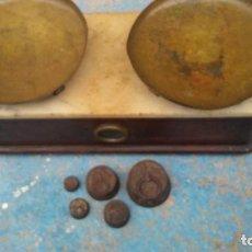 Antigüedades: BASCULA ANTIGUA DE FARMACÉUTICO CON BASE DE MÁRMOL CON PESAS VER IMÁGENES. Lote 140423330