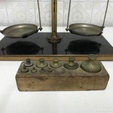 Antigüedades: BASCULA DE FARMACIA Y JUEGO DE PESAS COMPLETO. . Lote 140553790