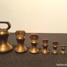 Antigüedades: JUEGO DE 7 PESAS INGLESAS DE BRONCE. Lote 140585682