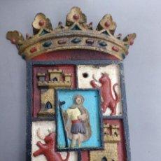 Antigüedades: ARGANDA DEL REY ESCUDO EN HIERRO FORJADO Y POLICROMADO, SOBRE SIGLO XVIII, MEDI.20X14X1,5 CM. Lote 140627638