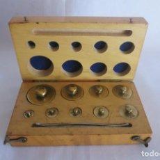 Antigüedades: CAJA DE PESAS DE PRECISION DE 100 A 1 GRAMO. Lote 140765142