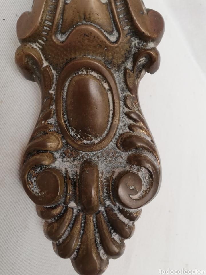 Antigüedades: ANTIGUO TIRADOR ASA BRONCE. GRABADO. GRAN TAMAÑO. 31,5CM. - Foto 8 - 140767486