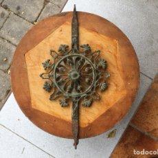 Antigüedades: FORJA CASTELLANA, SILO XVIII, REMATE DE VERJA Ó DETALLE CENTRAL DE UNA CAMA. Lote 140833410