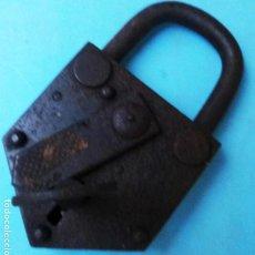 Antigüedades: GRAN CANDADO ANTIGUO , CON LLAVE , MIDE 9 X 16 CMS. , FUNCIONANDO , ORIGINAL , C. Lote 140902734