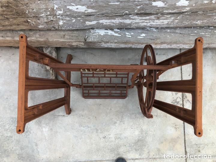 Antigüedades: Pie de máquina de coser Alfa - Foto 5 - 141193598