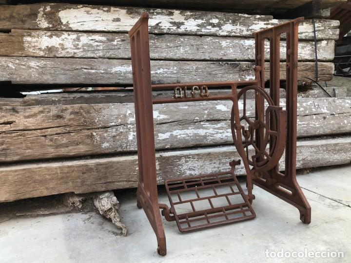 Antigüedades: Pie de máquina de coser Alfa - Foto 8 - 141193598