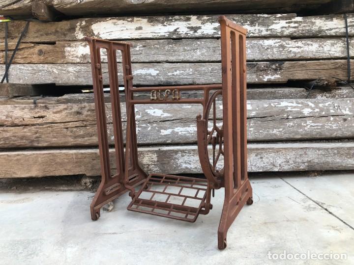 Antigüedades: Pie de máquina de coser Alfa - Foto 10 - 141193598