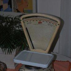 Antigüedades: ANTIGUA BÁSCULA MOBBA - RARO MODELO HASTA 1 KILO - PEQUEÑO TAMAÑO PESO COCINA. Lote 141470694