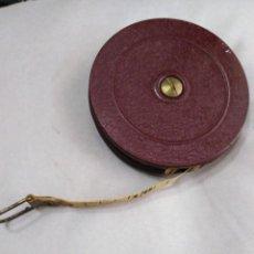 Antigüedades: METRO SASTRE 1958. CON CAJA DE CARTÓN ORIGINAL, CAJA METÁLICA Y FACTURA DE COMPRA.20 METROS.. Lote 141477430