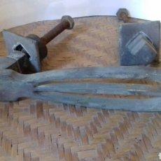 Antigüedades: ANTIGUA ALDABA GRANDE, 23 CM, BRONCE. MUY BONITA. LLAMADOR DE PUERTAS. Lote 141556805