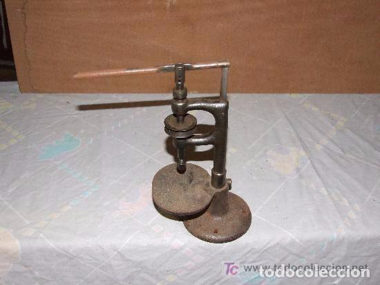 MAQUINA DE AGUJEREAR PEQUEÑA DE HIERRO (Antigüedades - Técnicas - Herramientas Antiguas - Otras profesiones)