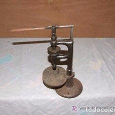 Antigüedades: MAQUINA DE AGUJEREAR PEQUEÑA DE HIERRO. Lote 142044646