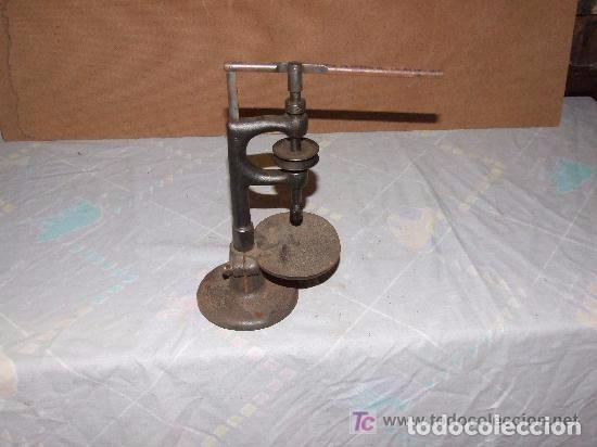 Antigüedades: MAQUINA DE AGUJEREAR PEQUEÑA DE HIERRO - Foto 2 - 142044646