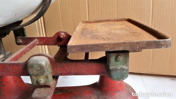 Antigüedades: Antigua balanza inglesa siglo XIX con 7 pesas. Hierro fundido. Plato hierro esmaltado. 44x32x25 cm - Foto 8 - 142056390