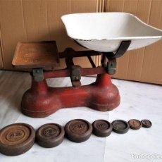 Antigüedades: ANTIGUA BALANZA INGLESA SIGLO XIX CON 7 PESAS. HIERRO FUNDIDO. PLATO HIERRO ESMALTADO. 44X32X25 CM. Lote 142056390