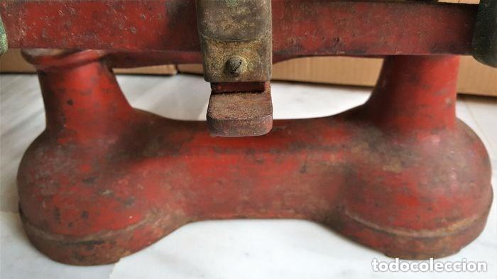 Antigüedades: Antigua balanza inglesa siglo XIX con 7 pesas. Hierro fundido. Plato hierro esmaltado. 44x32x25 cm - Foto 10 - 142056390