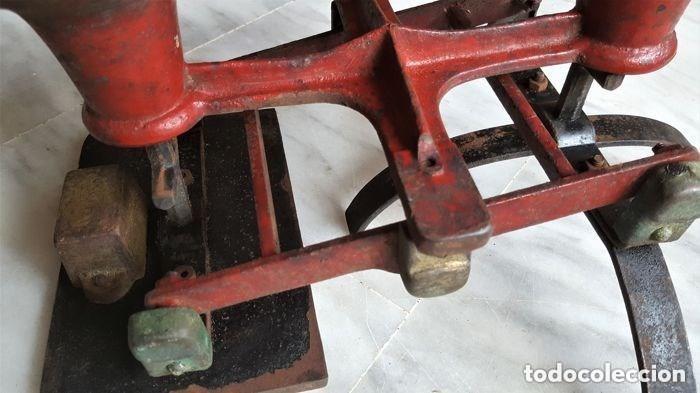 Antigüedades: Antigua balanza inglesa siglo XIX con 7 pesas. Hierro fundido. Plato hierro esmaltado. 44x32x25 cm - Foto 3 - 142056390