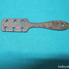 Antigüedades: ANTIGUA PIEZA PARA LAS SIERRAS SERRUCHOS DE CORTAR MADERA, PIEZA PARA DOBLAR LOS DIENTES. Lote 142121914