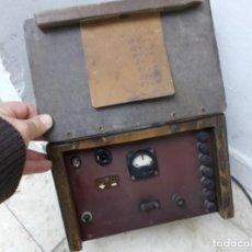 Antigüedades: ANTIGUO APARATO ELECTRICO CAJA MADERA TRANSFORMADOR DE CORRIENTES.VARIAS SALIDAS 0 A 14V VER FOTOS. Lote 142138850