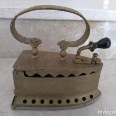 Antigüedades: ANTIGUA PLANCHA CARBON PINTADA ORO. Lote 142406310
