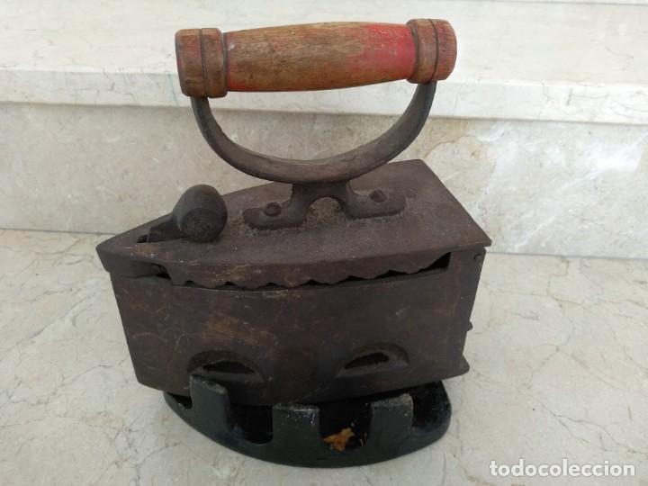 ANTIGUA PLANCHA CARBON CON SOPORTE (Antigüedades - Técnicas - Planchas Antiguas - Carbón)