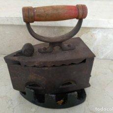 Antigüedades: ANTIGUA PLANCHA CARBON CON SOPORTE. Lote 142406482