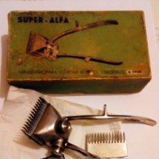 Antiquités: SUPER ALFA CAJA Y ANTIGUA MAQUINA CORTAR EL PELO BARBERIA MODELO M. ESPIRAL. Lote 142461902